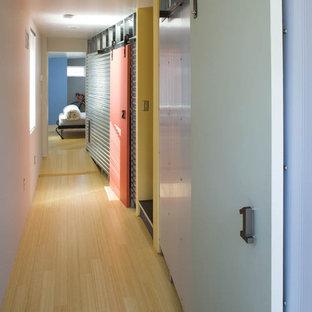 Industriell inredning av en hall, med ljust trägolv, vita väggar och gult golv