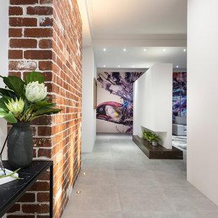 Inspiration för en mellanstor funkis hall, med vita väggar, klinkergolv i terrakotta och grått golv