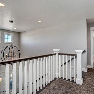Inspiration pour un grand couloir rustique avec un mur gris et moquette.