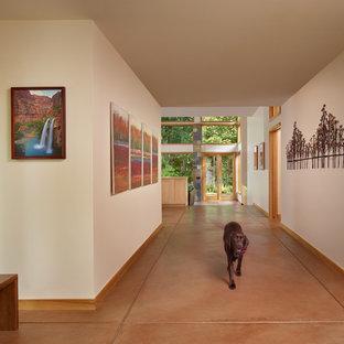 Idéer för en modern hall, med beige väggar och orange golv