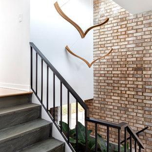 Inspiration för en retro hall, med bruna väggar, skiffergolv och grått golv