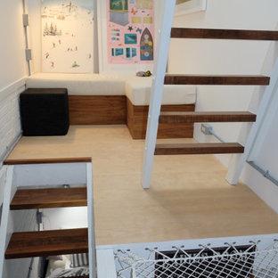 トロントの小さいモダンスタイルのおしゃれな廊下 (白い壁、合板フローリング、ベージュの床) の写真