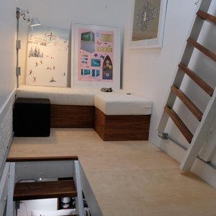 Cette image montre un petit couloir minimaliste avec un mur blanc, un sol en contreplaqué et un sol beige.