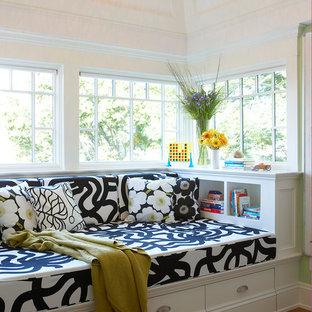 Ispirazione per un grande ingresso o corridoio vittoriano con pareti bianche e parquet chiaro