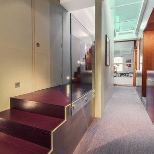 Idee per un ingresso o corridoio minimal di medie dimensioni con pareti verdi, pavimento in legno verniciato e pavimento viola