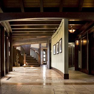 Cette photo montre un couloir craftsman de taille moyenne avec un sol en travertin.