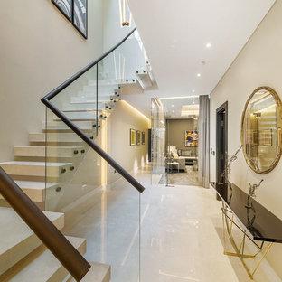 Aménagement d'un couloir contemporain de taille moyenne avec un mur beige, un sol en carrelage de céramique, un sol blanc, un plafond à caissons et du papier peint.