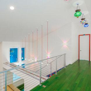 Пример оригинального дизайна: коридор среднего размера в стиле фьюжн с белыми стенами, деревянным полом и зеленым полом