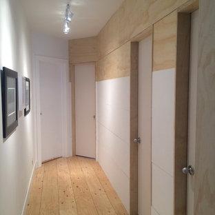 トロントの北欧スタイルのおしゃれな廊下 (合板フローリング) の写真