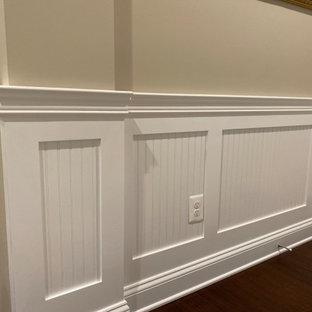 Idéer för en mellanstor klassisk hall, med beige väggar, mörkt trägolv och brunt golv