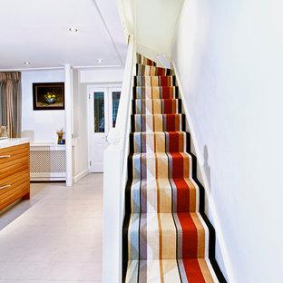 ロンドンの広いトラディショナルスタイルのおしゃれな廊下 (グレーの壁、塗装フローリング) の写真