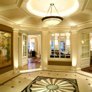 Cette image montre un couloir traditionnel avec un mur beige et un sol multicolore.