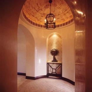 ロサンゼルスの中くらいのミッドセンチュリースタイルのおしゃれな廊下 (白い壁、セラミックタイルの床) の写真