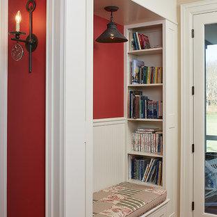 グランドラピッズのトラディショナルスタイルのおしゃれな廊下 (赤い壁、無垢フローリング、羽目板の壁) の写真