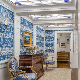 Klassischer Flur mit bunten Wänden, braunem Holzboden, braunem Boden, Wandpaneelen, vertäfelten Wänden und Tapetenwänden in Boston