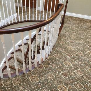 Inspiration för klassiska hallar, med heltäckningsmatta och grönt golv