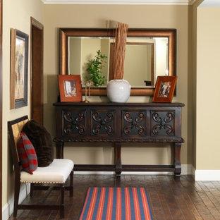 Ejemplo de recibidores y pasillos clásicos con paredes beige, suelo de madera oscura y suelo marrón