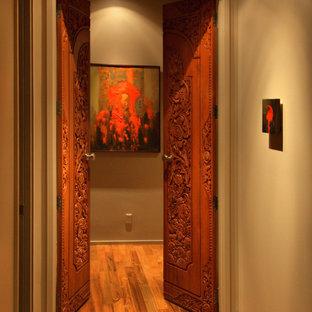 Удачное сочетание для дизайна помещения: коридор в классическом стиле с серыми стенами, паркетным полом среднего тона и оранжевым полом - самое интересное для вас