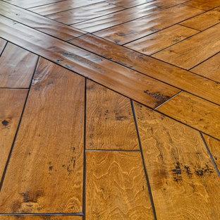 Esempio di un ingresso o corridoio tradizionale di medie dimensioni con pavimento in legno massello medio e pavimento marrone