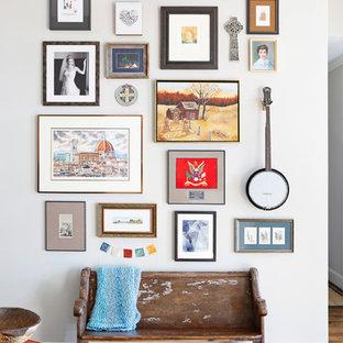 Inspiration för klassiska hallar, med vita väggar och mörkt trägolv