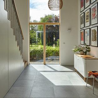 Klassisk inredning av en hall, med vita väggar och grått golv