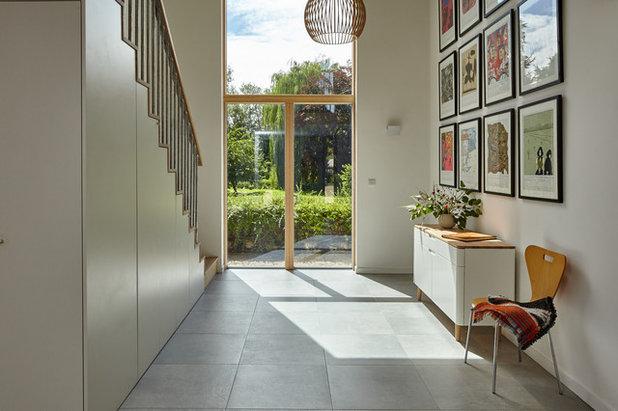 Clásico renovado Recibidor y pasillo Transitional Hallway & Landing