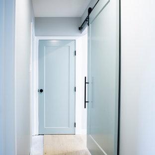 エドモントンの中くらいのトランジショナルスタイルのおしゃれな廊下 (グレーの壁、淡色無垢フローリング、茶色い床) の写真
