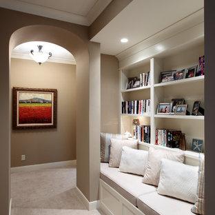 Esempio di un grande ingresso o corridoio tradizionale con pareti beige e moquette