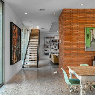 Пример оригинального дизайна: коридор среднего размера в стиле ретро с белыми стенами и бетонным полом