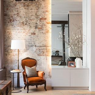 Ejemplo de recibidores y pasillos industriales, grandes, con suelo de madera clara, paredes rojas y suelo beige