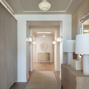 На фото: большой коридор в морском стиле с белыми стенами и светлым паркетным полом с