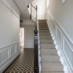 Idéer för en mellanstor klassisk hall, med vita väggar och klinkergolv i keramik