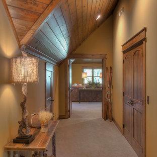 Пример оригинального дизайна: коридор в стиле рустика с бежевыми стенами, ковровым покрытием и серым полом