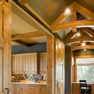 Источник вдохновения для домашнего уюта: коридор в стиле рустика с синими стенами и паркетным полом среднего тона