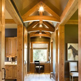 Стильный дизайн: коридор в стиле рустика с паркетным полом среднего тона - последний тренд