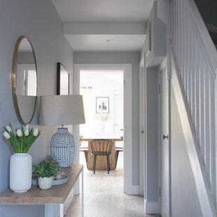 Пример оригинального дизайна: маленький коридор в стиле модернизм с серыми стенами, полом из ламината и коричневым полом