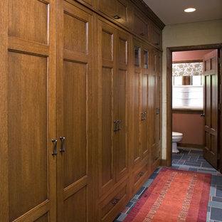 Inspiration pour un couloir traditionnel avec un mur beige et un sol multicolore.