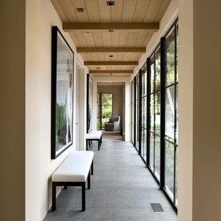 Couloir moderne avec un sol en ardoise : Photos et idées déco de ...