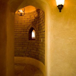 Diseño de recibidores y pasillos mediterráneos con paredes beige