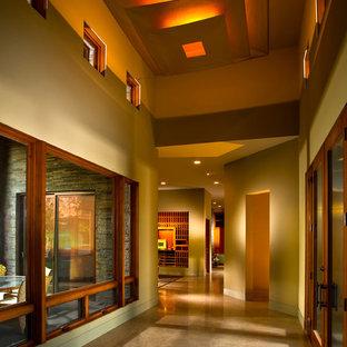 オレンジカウンティの広いコンテンポラリースタイルのおしゃれな廊下の写真