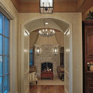 Ejemplo de recibidores y pasillos tradicionales, extra grandes, con paredes beige y suelo de travertino