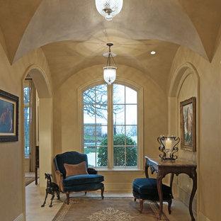 Идея дизайна: огромный коридор в классическом стиле с бежевыми стенами и полом из известняка