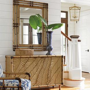 Exemple d'un couloir exotique de taille moyenne avec un mur blanc et un sol en bois brun.