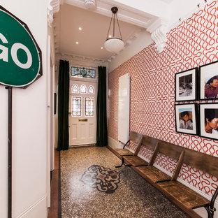 Ispirazione per un ingresso o corridoio boho chic con pareti multicolore