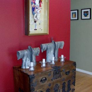 Inspiration för en stor vintage hall, med röda väggar, mellanmörkt trägolv och brunt golv