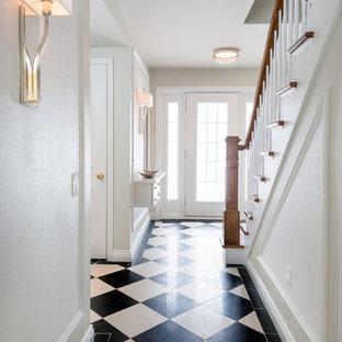 Imagen de recibidores y pasillos papel pintado, mediterráneos, de tamaño medio, con paredes blancas, suelo de baldosas de porcelana, suelo negro y papel pintado