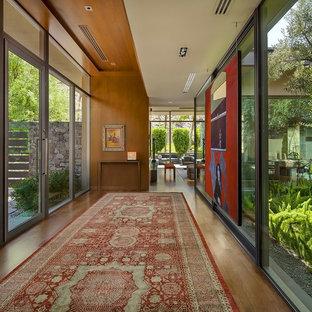 Exemple d'un couloir moderne avec un sol en bois foncé.