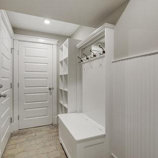 ワシントンD.C.の中サイズのトランジショナルスタイルのおしゃれな廊下 (ベージュの壁、レンガの床) の写真