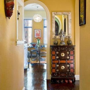 Esempio di un ingresso o corridoio american style con pareti gialle e parquet scuro