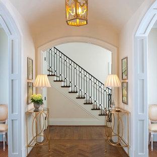 ダラスのトラディショナルスタイルのおしゃれな廊下 (白い壁、無垢フローリング、茶色い床) の写真